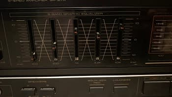 The graphical equalizer on the Pioneer SA-1270.